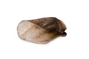 Лакомства РОДНЫЕ КОРМА длясобак, ухо говяжье, сушеное вдровяной печи, 1 шт